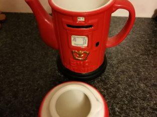 Angliškas arbatos puodelis su angliškos pašto dėžutės apipavidalinimu