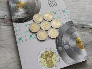 7 Lietuviškų dviejų eurų monetų rinkinys su Lietuvos banko katalogu
