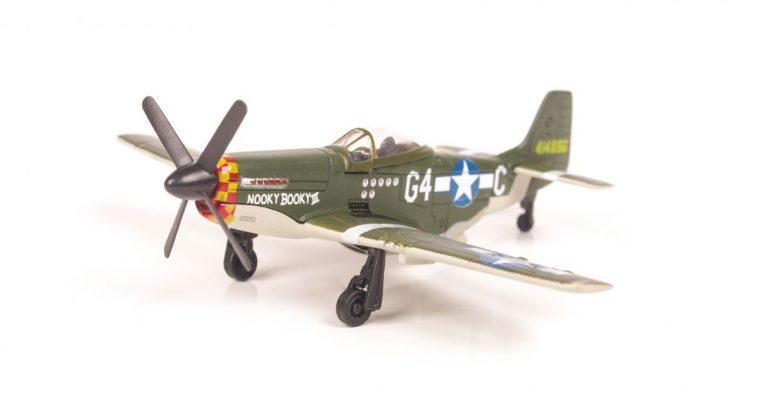 P51D Mustang lėktuvo modelis su stoveliu