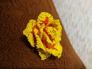 Rankų darbo čekiško biserio karoliukų rožė – sagė