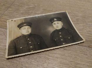 Senoviska nuotrauka su dviem kareiviskai apsirengusiais vyrais