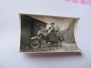 Moteris su mergaite ant motociklo
